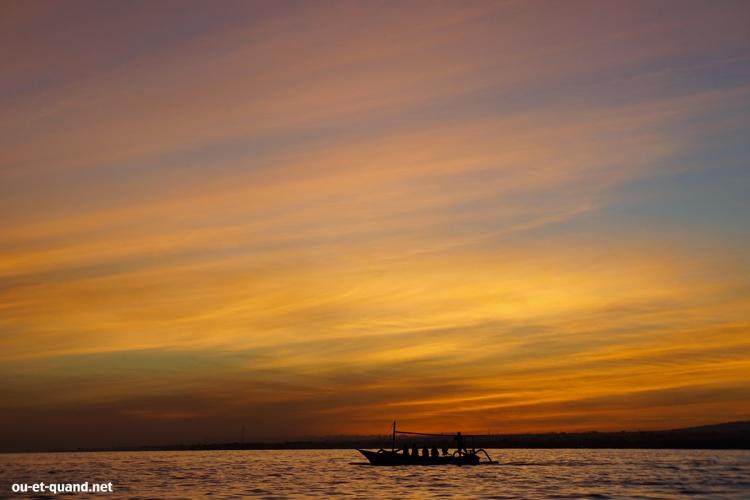 sur le bateau au lever du soleil à Bali