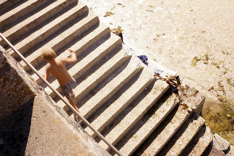 Ma composition est franchement de travers pour accompagner le mouvement de cet enfant qui gravit ces escaliers de plage.