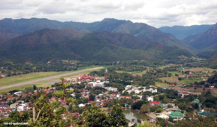 Vue sur Mae Hong Son coincée entres les montagnes et qui se situe à 250km de Chiang Maï.