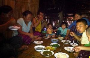 Le soir, le repas est pris en commun avec les villageois.