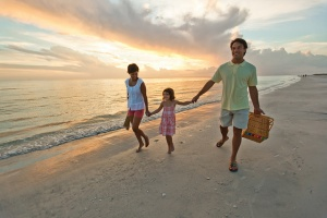 Famille avec un enfant en vacances à la mer