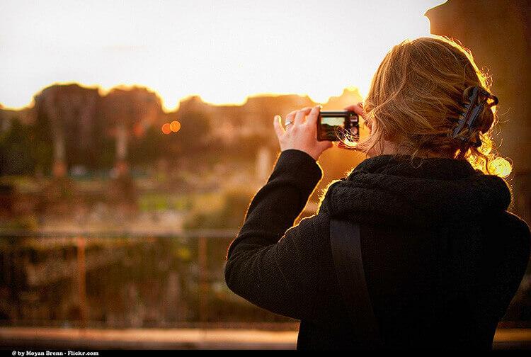 partir seule : une femme prend une photo