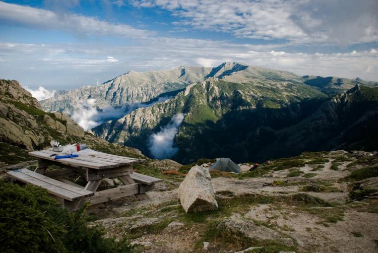 Ce magnifique trek en Corse offre des panoramas superbes.