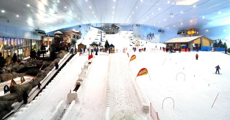 Skier dans un centre commercial à n'importe quel saison ? C'est possible à Dubaï (mais pas très écolo...).