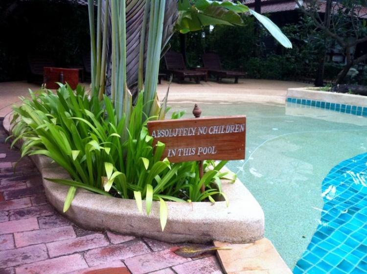 """Au Rabbit Resort à Pattaya la piscine est """"absolument interdite aux enfants"""" !"""