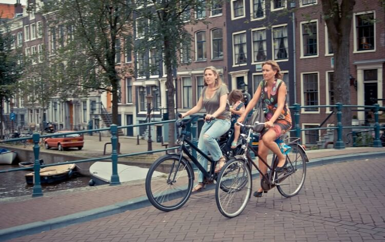 Amsterdam se découvre parfaitement à vélo et c'est très romantique !