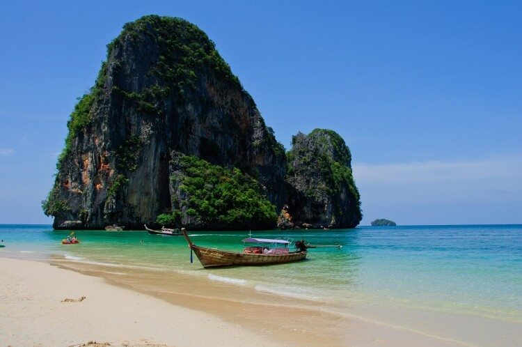 Bateau sur le rivage à Krabi
