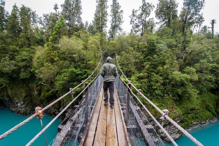 Marcheur sur un pont en Nouvelle-Zélance