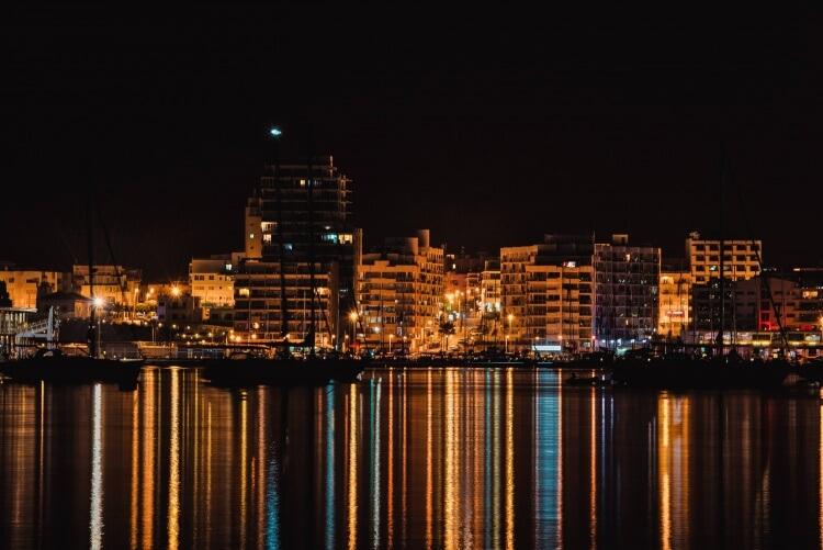 Vue d'Ibiza la nuit