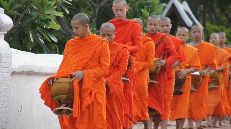 Moines bouddhistes lors de la cérémonie des offrandes