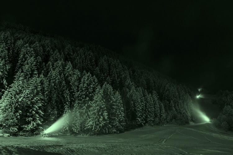 Pistes de ski en plein nuit
