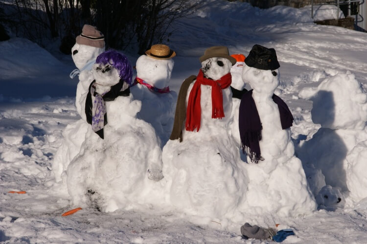 une famille bonshommes de neige