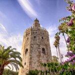 La tour aux reflets dorés
