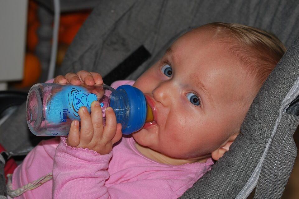 préparer le biberon de bébé en avion