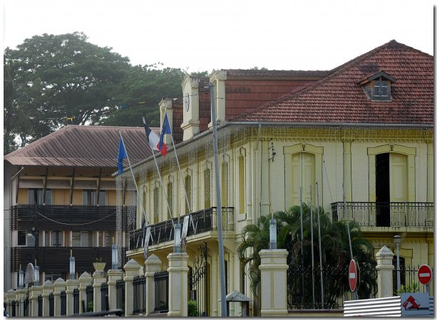 Des services publics, à l'instar des mairies et de l'Ambassade, assurent toutes les fonctions relatives à la vie du citoyen.