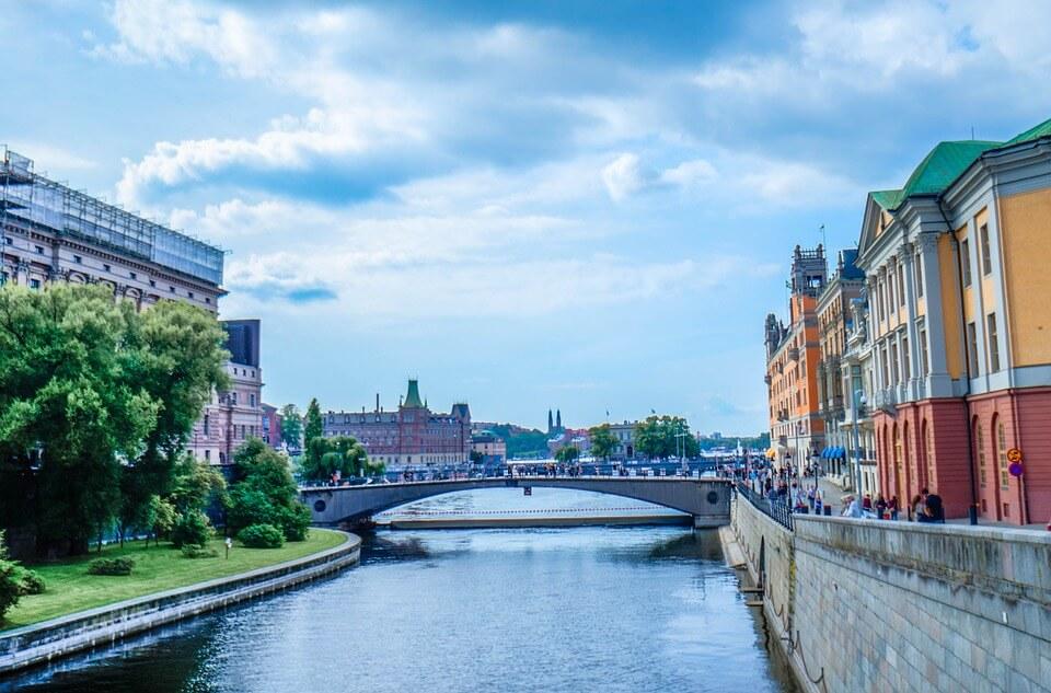 que faire à Stockholm ? pont qui relie deux rives de stockholm