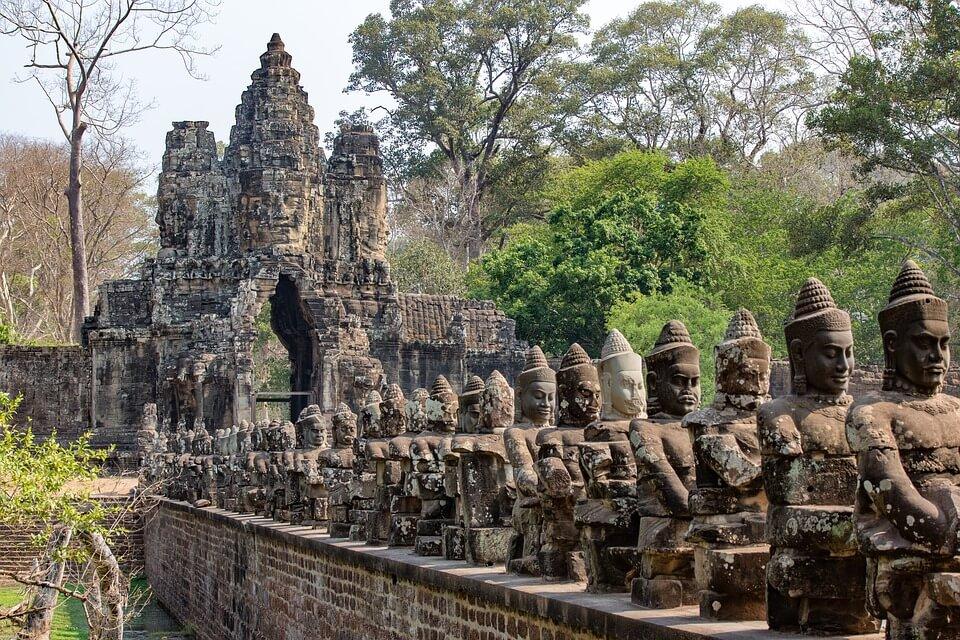 statues à l'effigie des divinités à Angkor