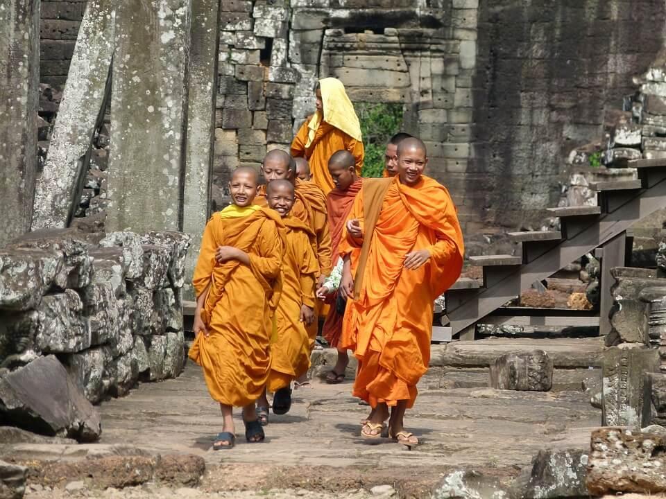 moines dans les temples du cambodge