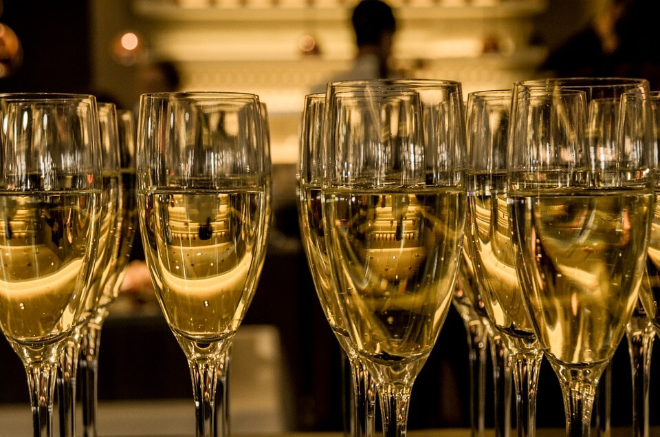 champagne verres nouvel an à Prague