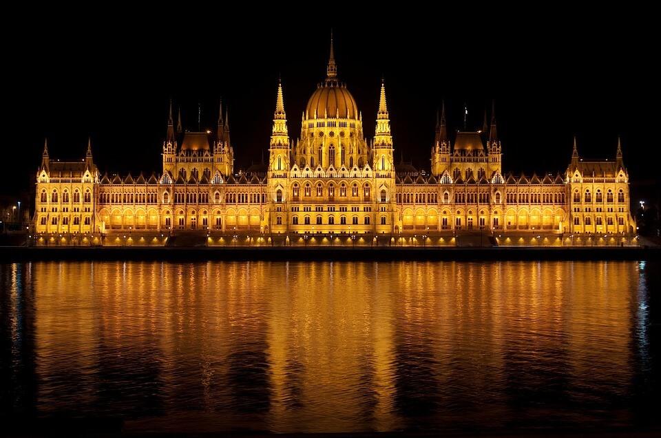 vue sur le parlement de budapest de nuit