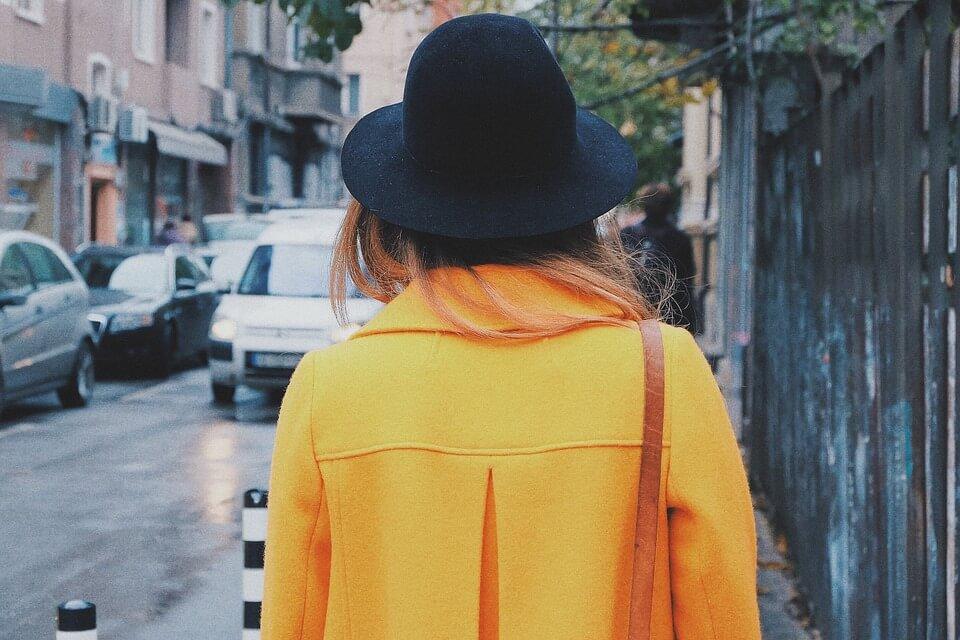 femme ciré jaune
