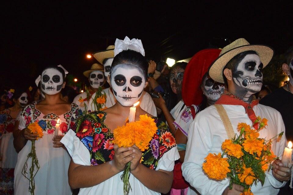 défile au mexique pour le jour des morts ou aller pour halloween