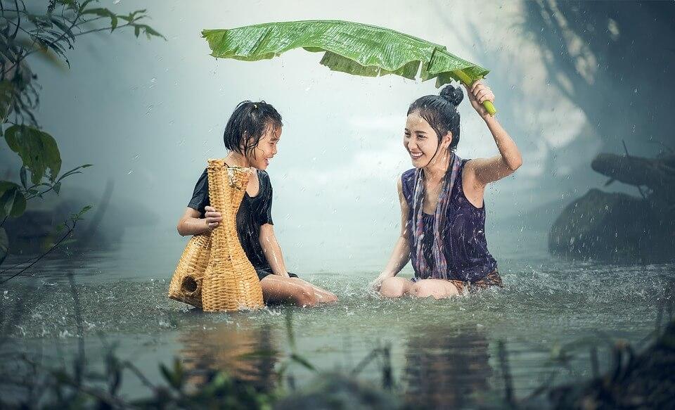 portrait femmes asiatiques sous la pluie mousson aux philippines