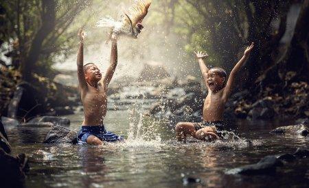 enfants joue eau saison des pluies en malaisie