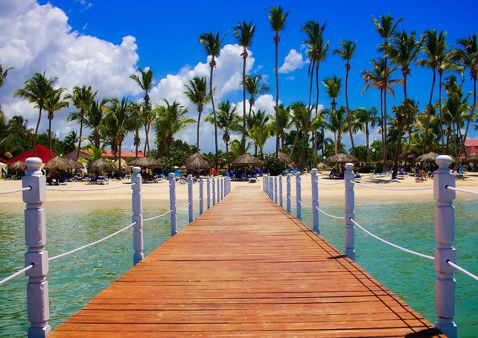 bord de mer ponton palmiers saison des pluies en république dominicaine