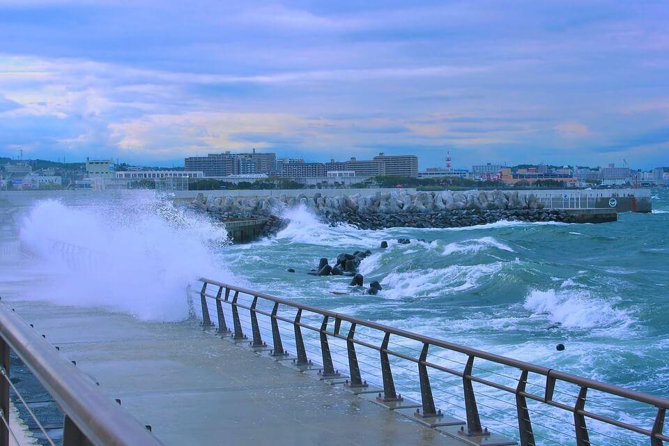 coup de mer vagues vents saison des pluies japon