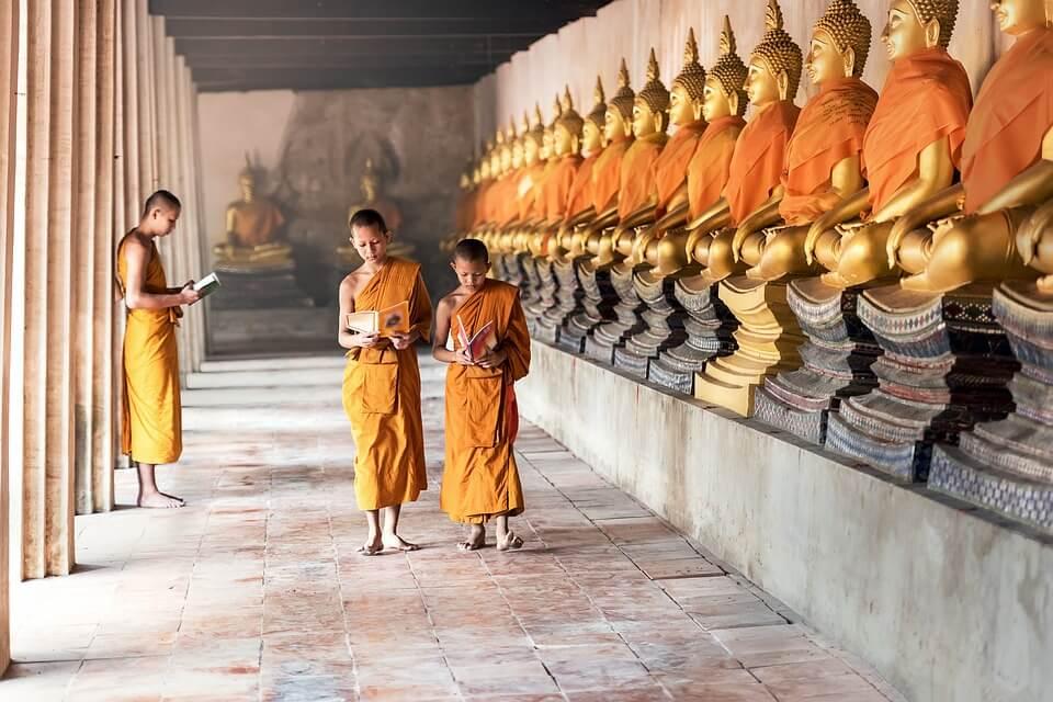 cambodge ou thailande moines bouddhistes