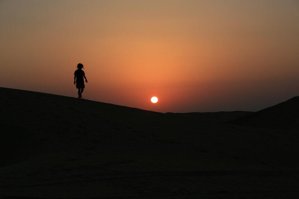 coucher de soleil desert voyager a oman en famille