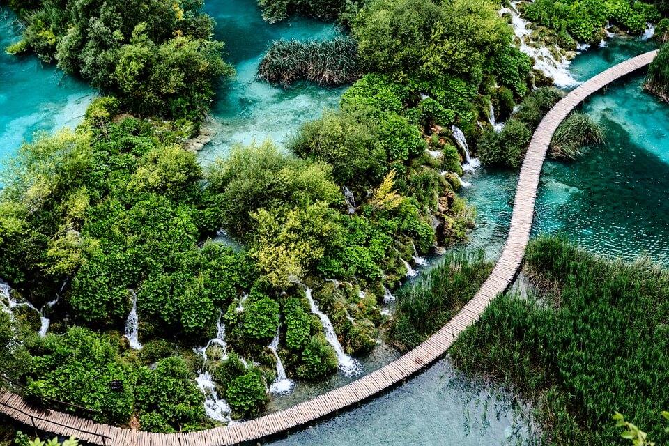 grece ou croatie plitvice parc national cascades ponton