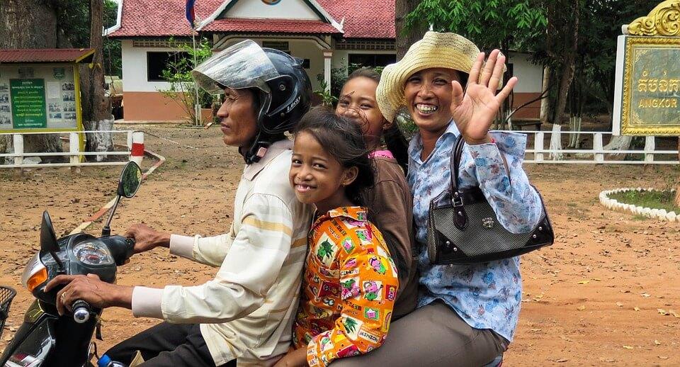 famille en scooter, quatre, sourires cambodgiens