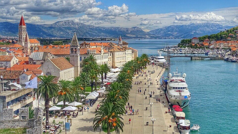 trogir village montagnes grece ou croatie