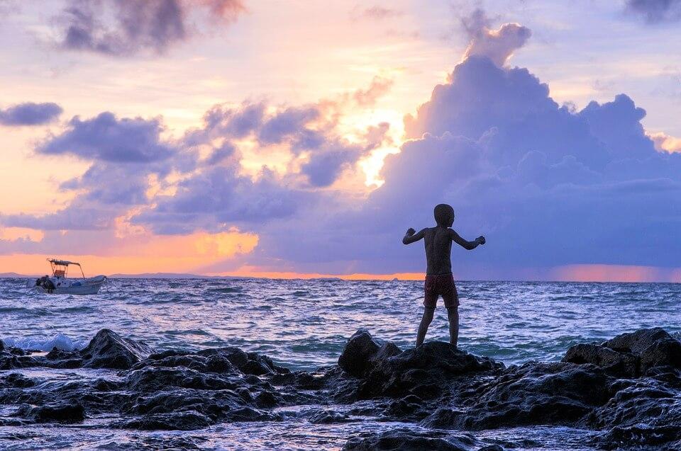 enfant de dos coucher de soleil sur la mer madagascar pays dangereux