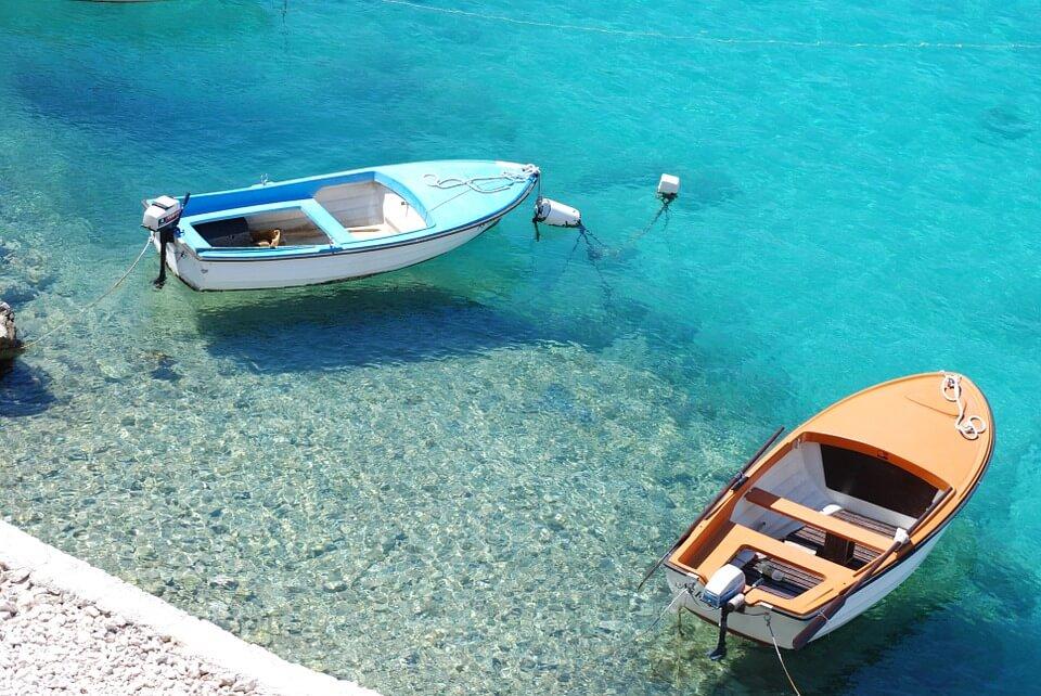 Crète ou Croatie plages bateau eau transparente en croatie