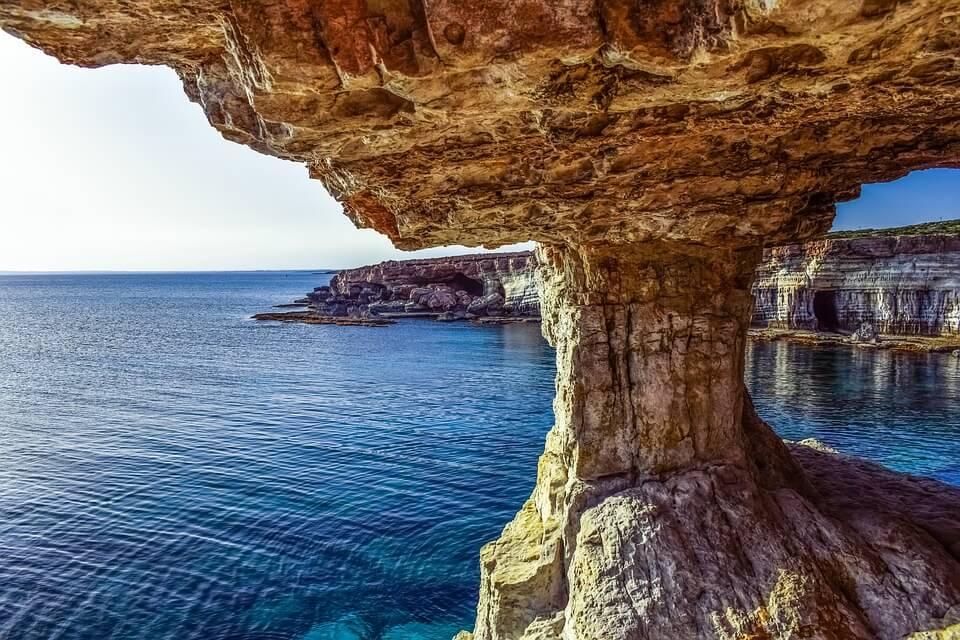 grotte de chypre bord de mer