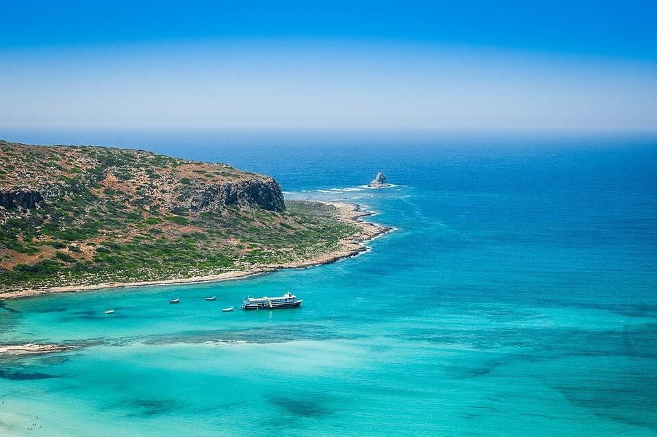 plage de crete mer bleue côtes bateau Chypre ou Crète