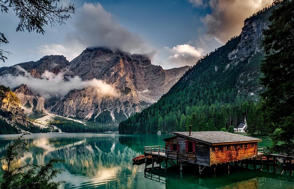 italie dolomites lac maison montagnes