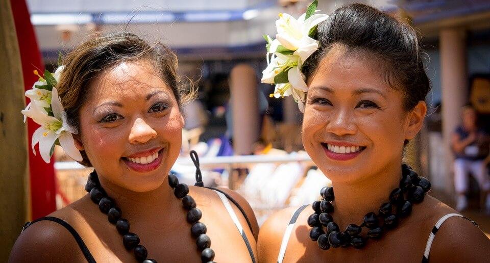 habitants polynesie deux femmes polynésiennes sourire polynésie ou nouvelle calédonie