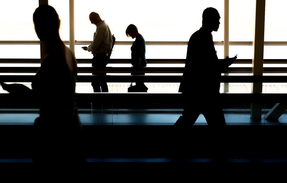 personnes dans aeroport vitre