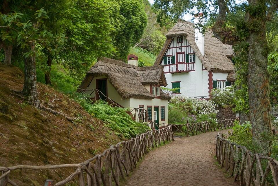maison traditionnelle toit madère