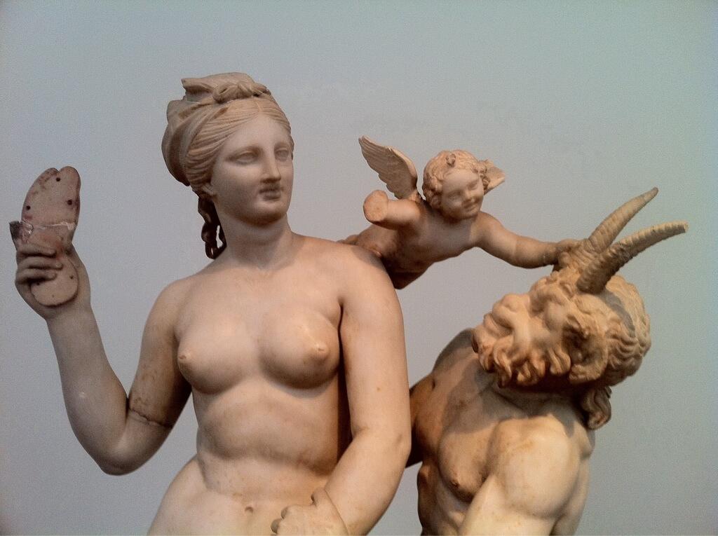 statue de dyonisos musee archeologique