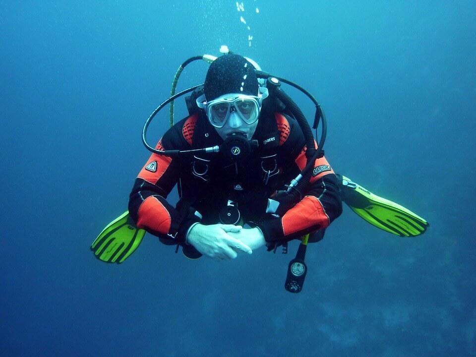 plongeur sous l'eau equipement réserve cousteau en guadeloupe