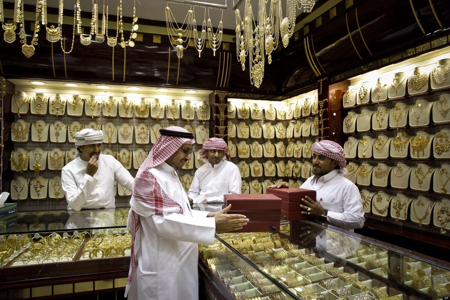 Que faire à Dubaï pour des activités inédites ? S'émerveiller de la quantité incroyable d'or présente au Gold Souk et de la magnificence des bijoux en or.