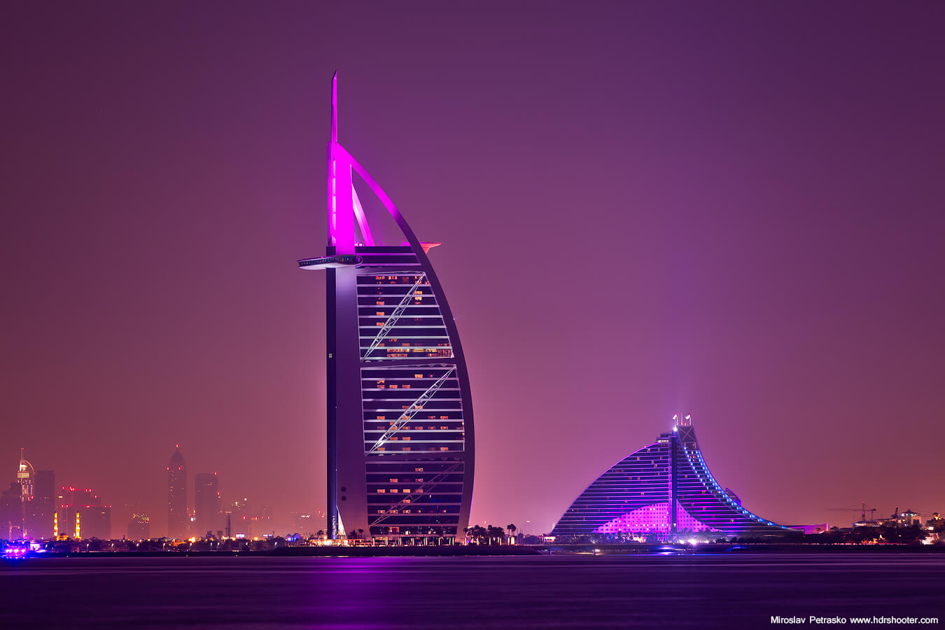 Inauguré en grande pompe en décembre 1999, le Burj Al Arab, un des symboles de Dubaï, continue de fasciner les visiteurs. C'est une attraction phare de Dubaï.