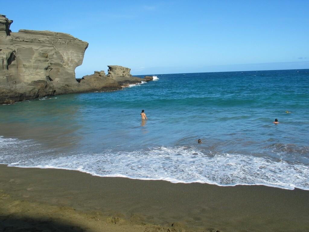 Pour se changer des plages bondées de surfeur de Waikiki Beach, pourquoi ne pas visiter Hawaii Island et ses plages colorées ?