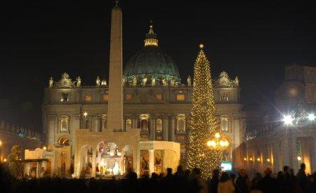 En attendant d'assister à la messe de minuit dans la Basilique Saint-Pierre, vous pouvez vous émerveiller de la crèche et du sapin géant qui illuminent la Place Saint-Pierre.
