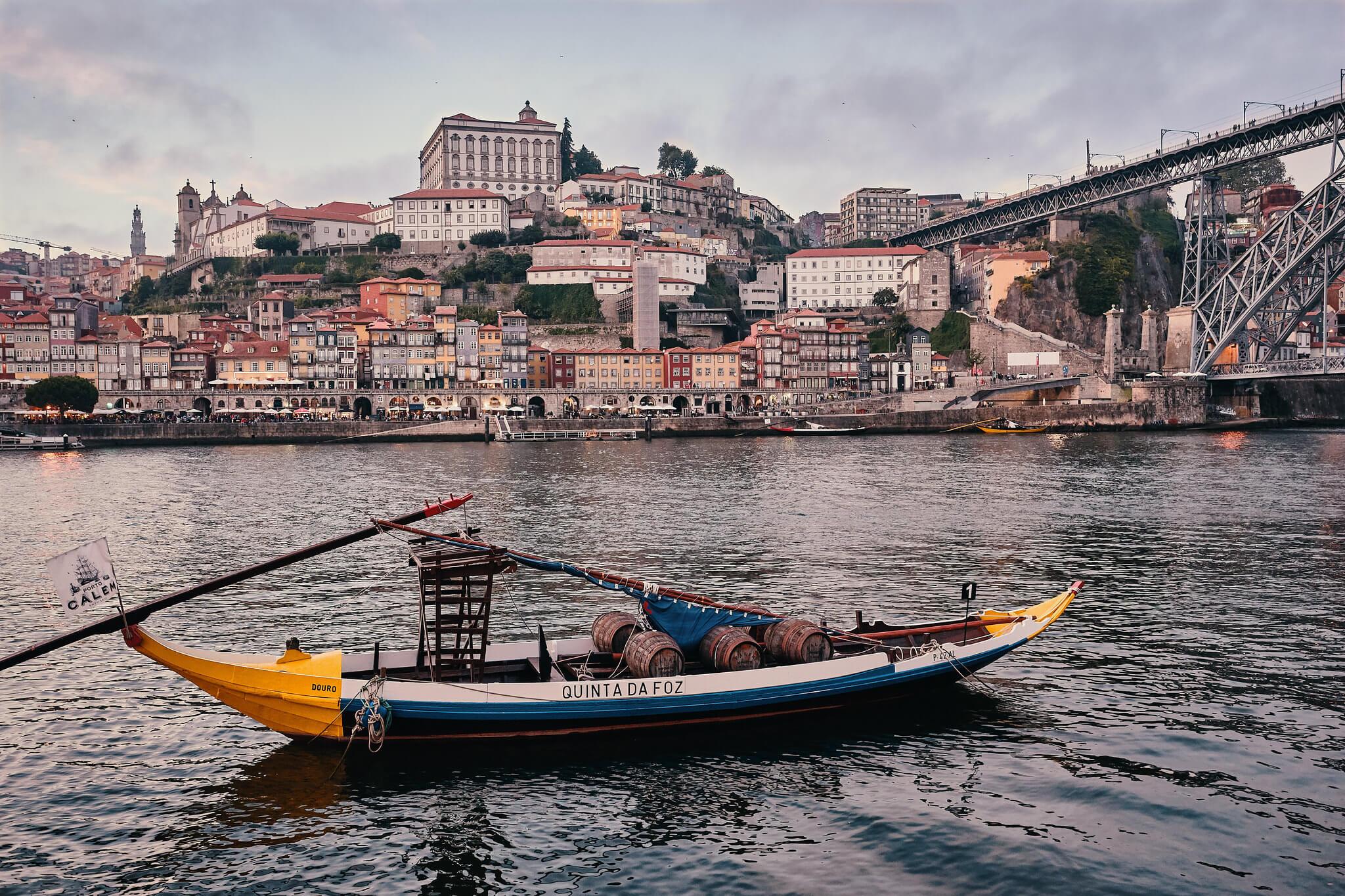 Pour ceux qui se qui se demandent que faire à Porto, on leur suggère une croisière sur le Douro, à bord d'un Rabelo, bateau servant autrefois au transport des fûts de vin.
